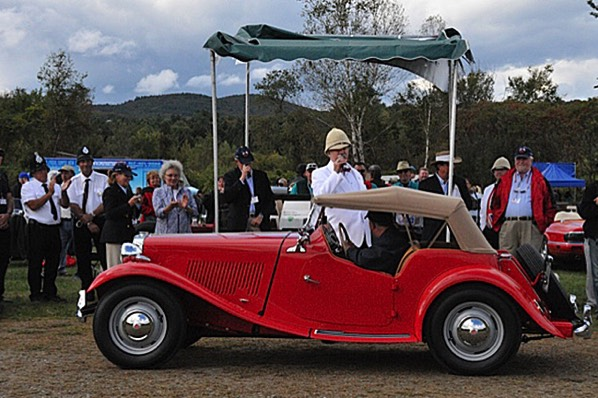 An event official describes the 1950 MG TD as Mike Jones drives by.